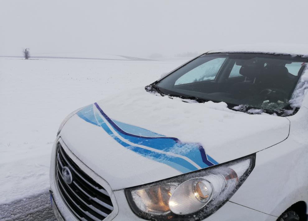 hyundai ix35 tucson fcev_hydrochan_innsbruck_münchen_munich_refuelling station_08012019_bonnet_snow_unterschleissheim