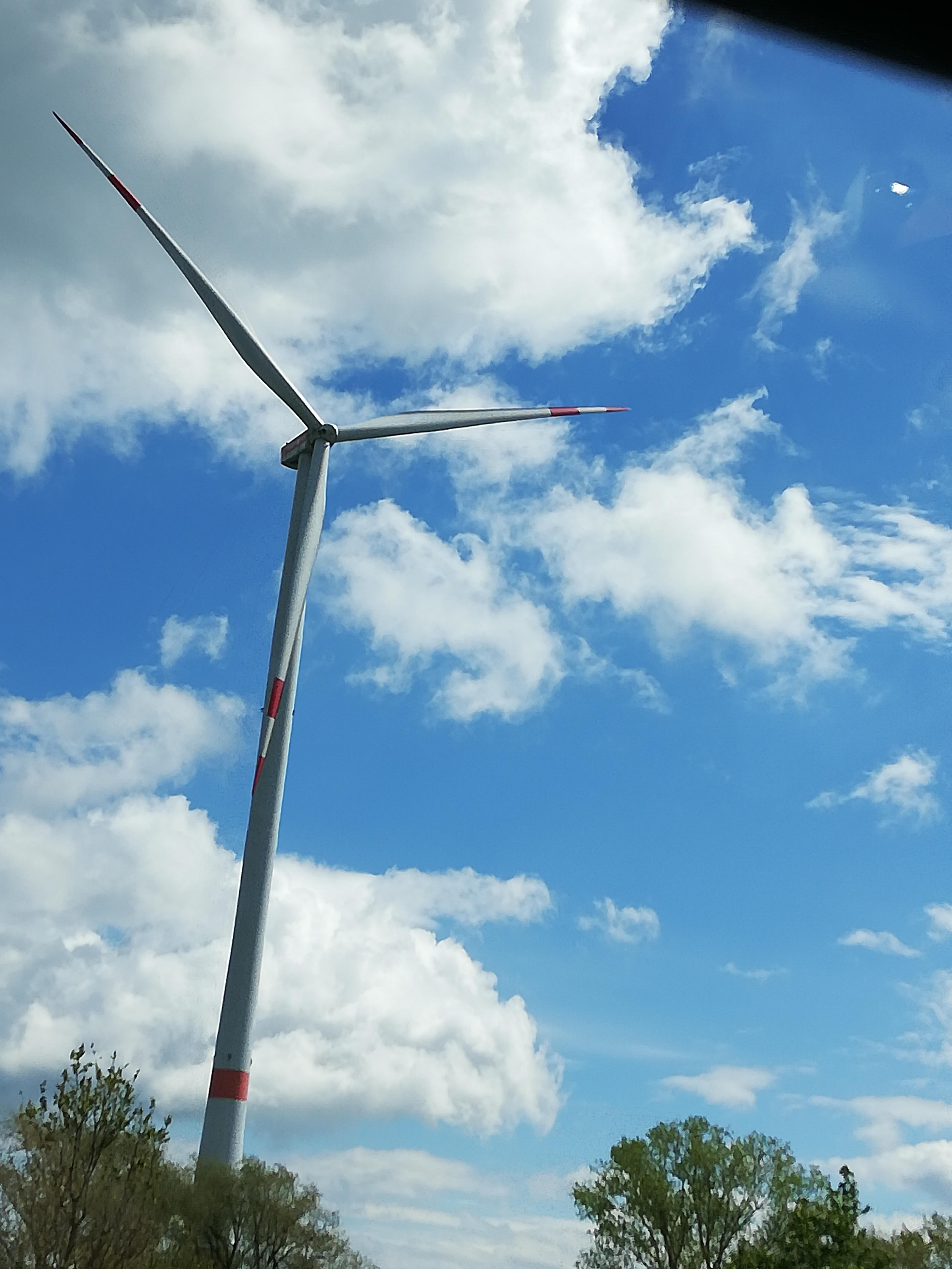 hyundai-nexo-range-test-hydrochan-Vienna-Offenbach-Innsbruck windkraftanlage himmel blau wolken