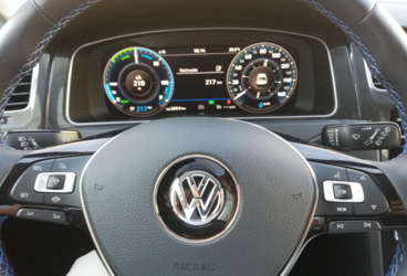 VW e-Golf Erste Begegnung Buddy Carsharing Birngruber Mautern_Mortimer hydrochan Schulz_lenkrad sport airbag tacho 217 210 hupe