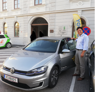 VW e-Golf Erste Begegnung Buddy Carsharing Birngruber Mautern_Mortimer hydrochan Schulz_vorne tür offen renault zoe halteverbot rathaus